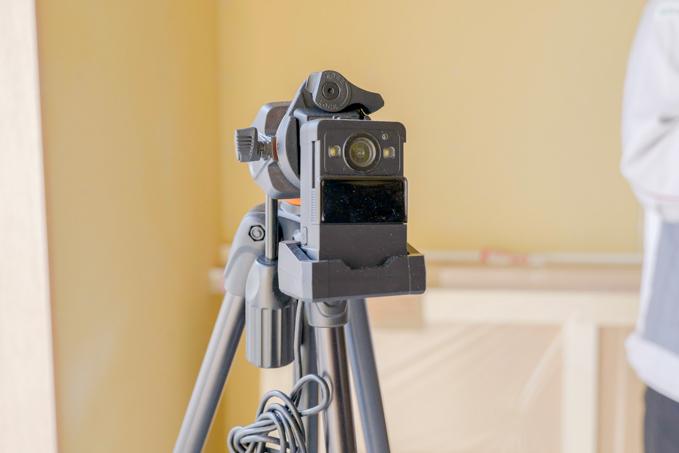 内装工事時にはウェアラブルカメラ「Safie Pocket2」を三脚に装着し定点撮影